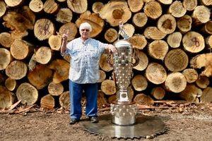 Gordon Johncock avec le trophée Borg-Warner
