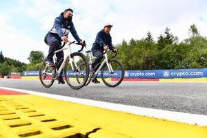 Yuki Tsunoda, AlphaTauri AT02, cycles the track