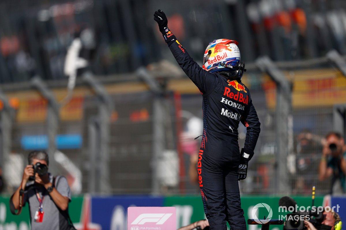Max Verstappen, Red Bull Racing, saluta i fan dopo la Qualifica
