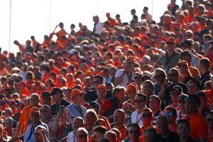 Fans nemen foto's na een overwinning voor Max Verstappen, Red Bull Racing