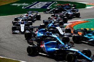 Fernando Alonso, Alpine A521, Esteban Ocon, Alpine A521, Nicholas Latifi, Williams FW43B, George Russell, Williams FW43B, Nikita Mazepin, Haas VF-21, en de rest van het veld bij de start