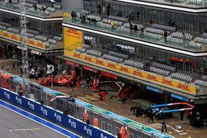 Carlos Sainz Jr., Ferrari SF21, retourne dans son garage alors que Fernando Alonso, Alpine A521, fait un arrêt