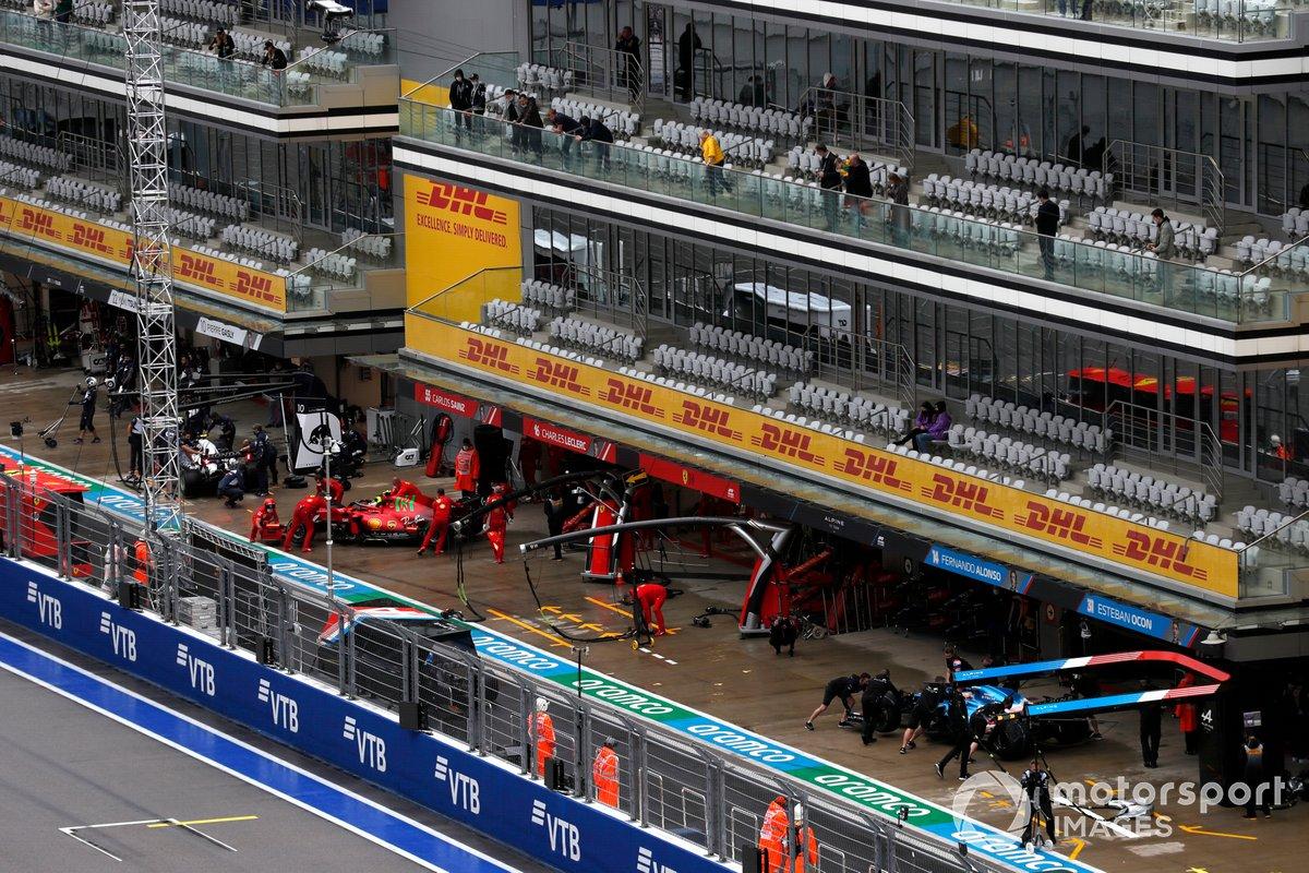 Carlos Sainz Jr., Ferrari SF21, vuelve al garaje mientras Fernando Alonso, Alpine A521, hace un pit stop