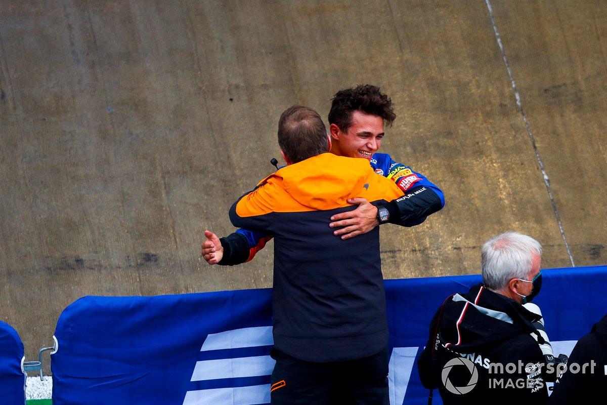 Andreas Seidl, Team Principal, McLaren, festeggia con l'uomo della pole Lando Norris, McLaren