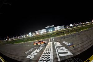 Josh Berry, JR Motorsports, Chevrolet Camaro cruza la meta