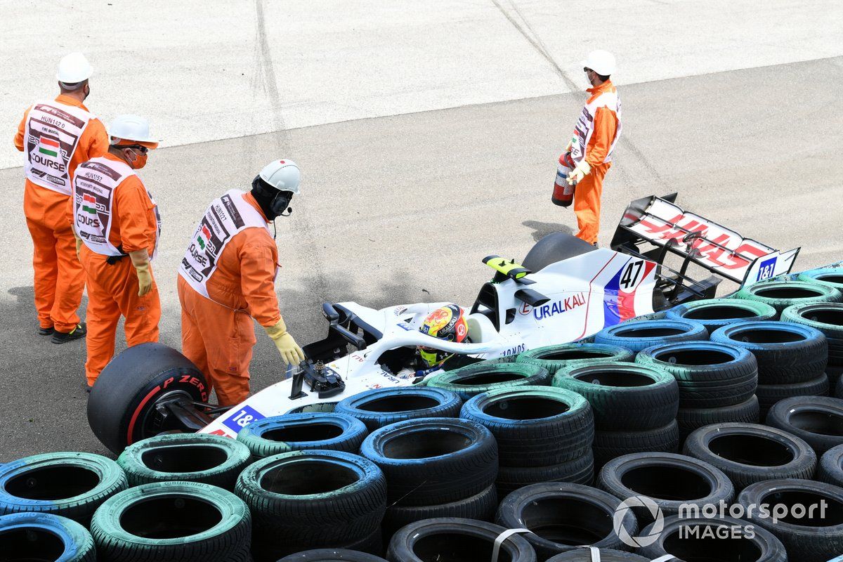 Los oficiales de pista asisten a Mick Schumacher, Haas VF-21, tras el accidente en la FP3
