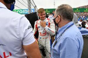 Mick Schumacher, Haas F1, met Jean Todt, voorzitter, FIA