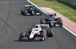 Mick Schumacher, Haas VF-21, Pierre Gasly, AlphaTauri AT02, and Lewis Hamilton, Mercedes W12