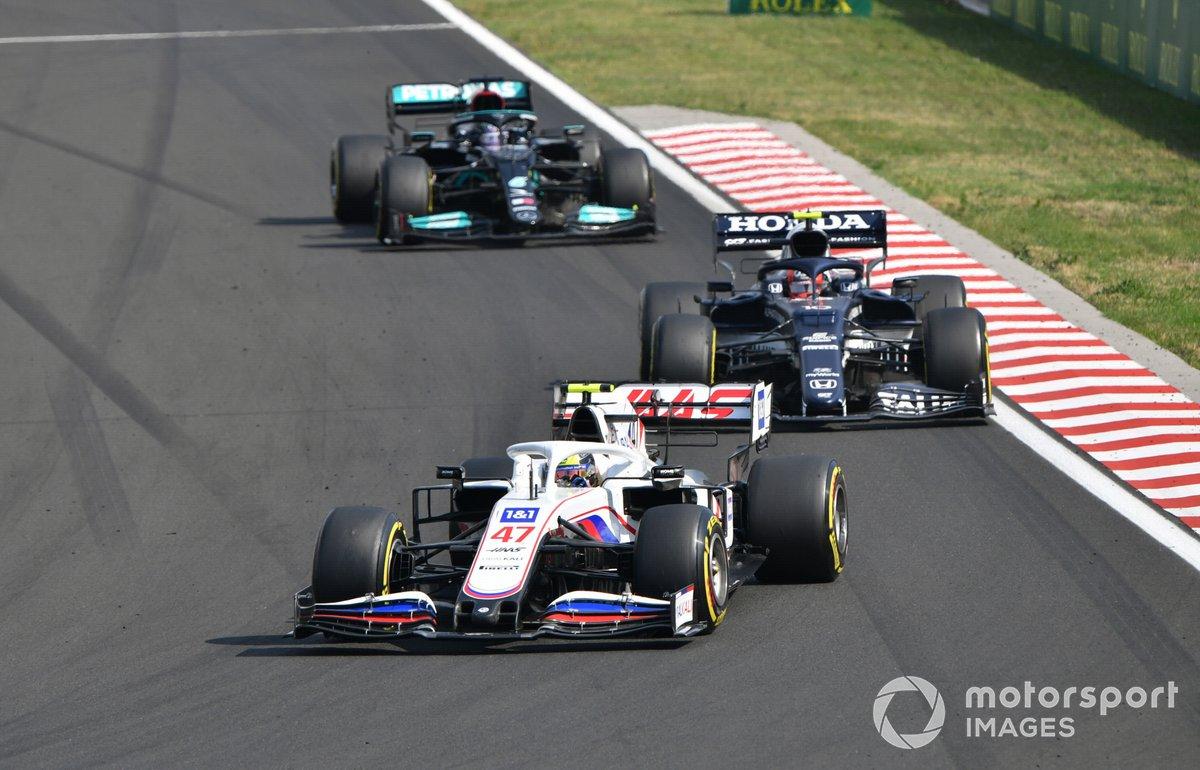 Mick Schumacher, Haas VF-21, Pierre Gasly, AlphaTauri AT02, y Lewis Hamilton, Mercedes W12
