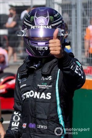 L'uomo della pole Lewis Hamilton, Mercedes, dà un pollice in su