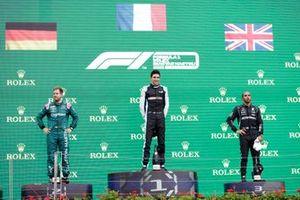 Podio: segundo lugar Sebastian Vettel, Aston Martin, ganador Esteban Ocon, Alpine F1, tercer lugar Lewis Hamilton, Mercedes