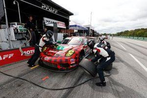 #9: Pfaff Motorsports Porsche 911 GT3R, GTD: Zacharie Robichon, Laurens Vanthoor pit stop
