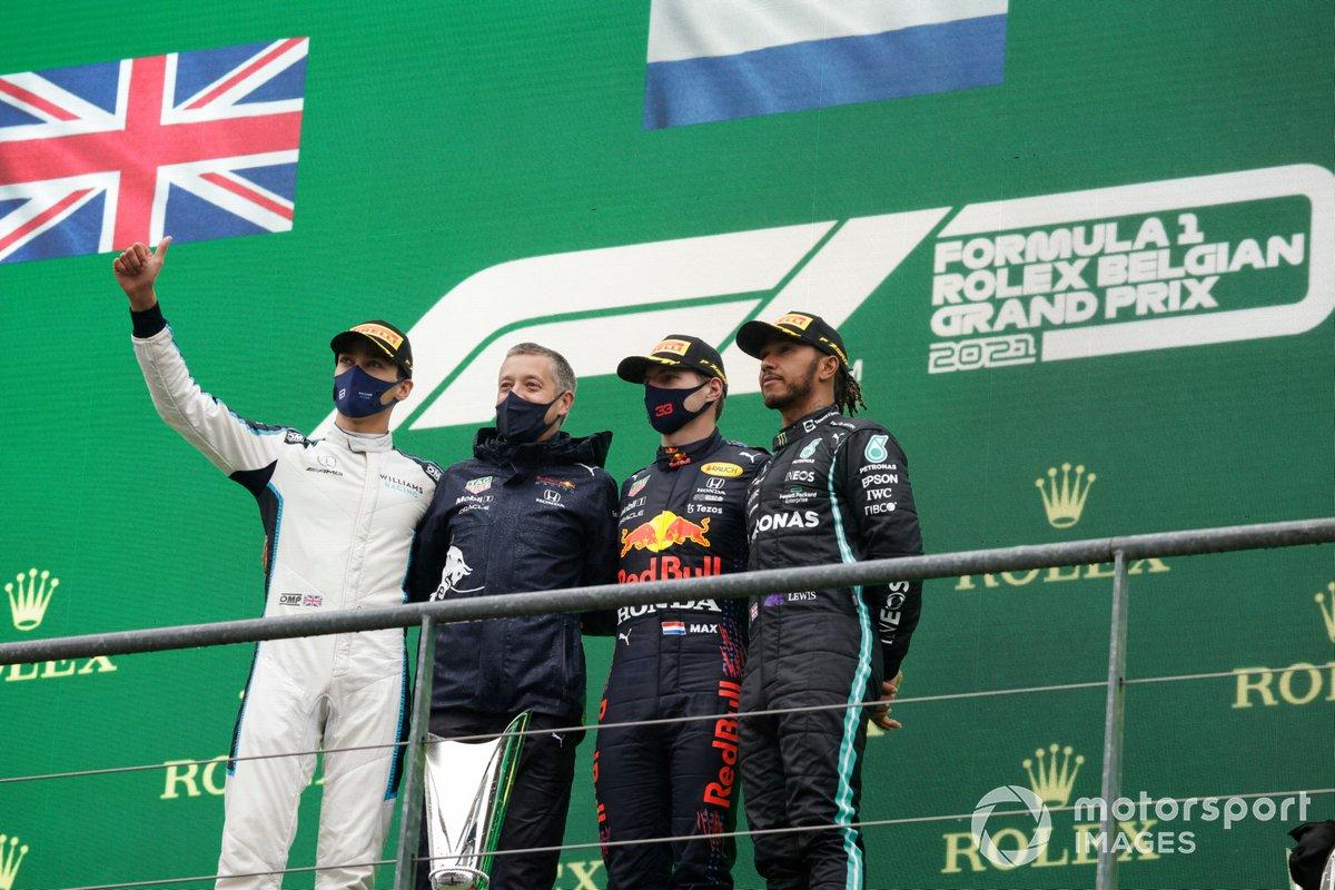 Podio: segundo lugar George Russell, Williams, ganador Max Verstappen, Red Bull Racing, tercer lugar Lewis Hamilton, Mercedes