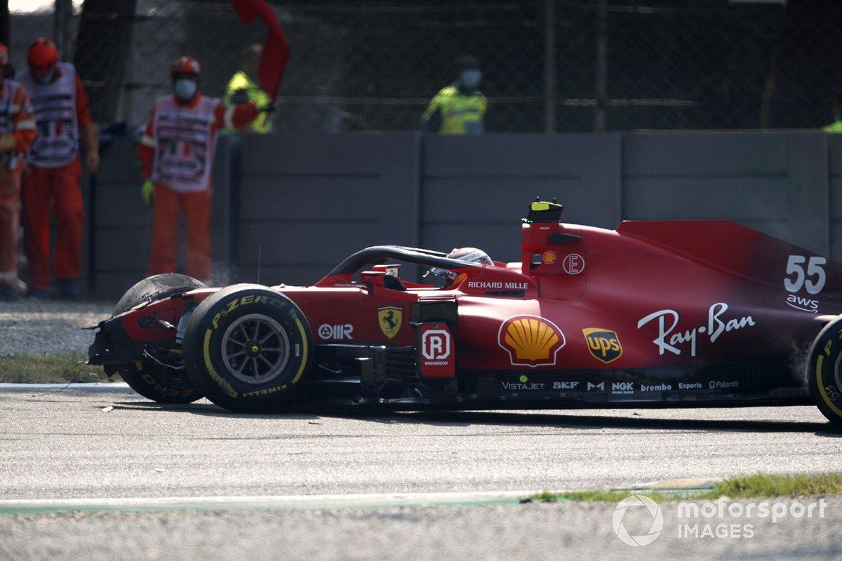Carlos Sainz Jr., Ferrari SF21, sufre un accidente y provoca una bandera roja