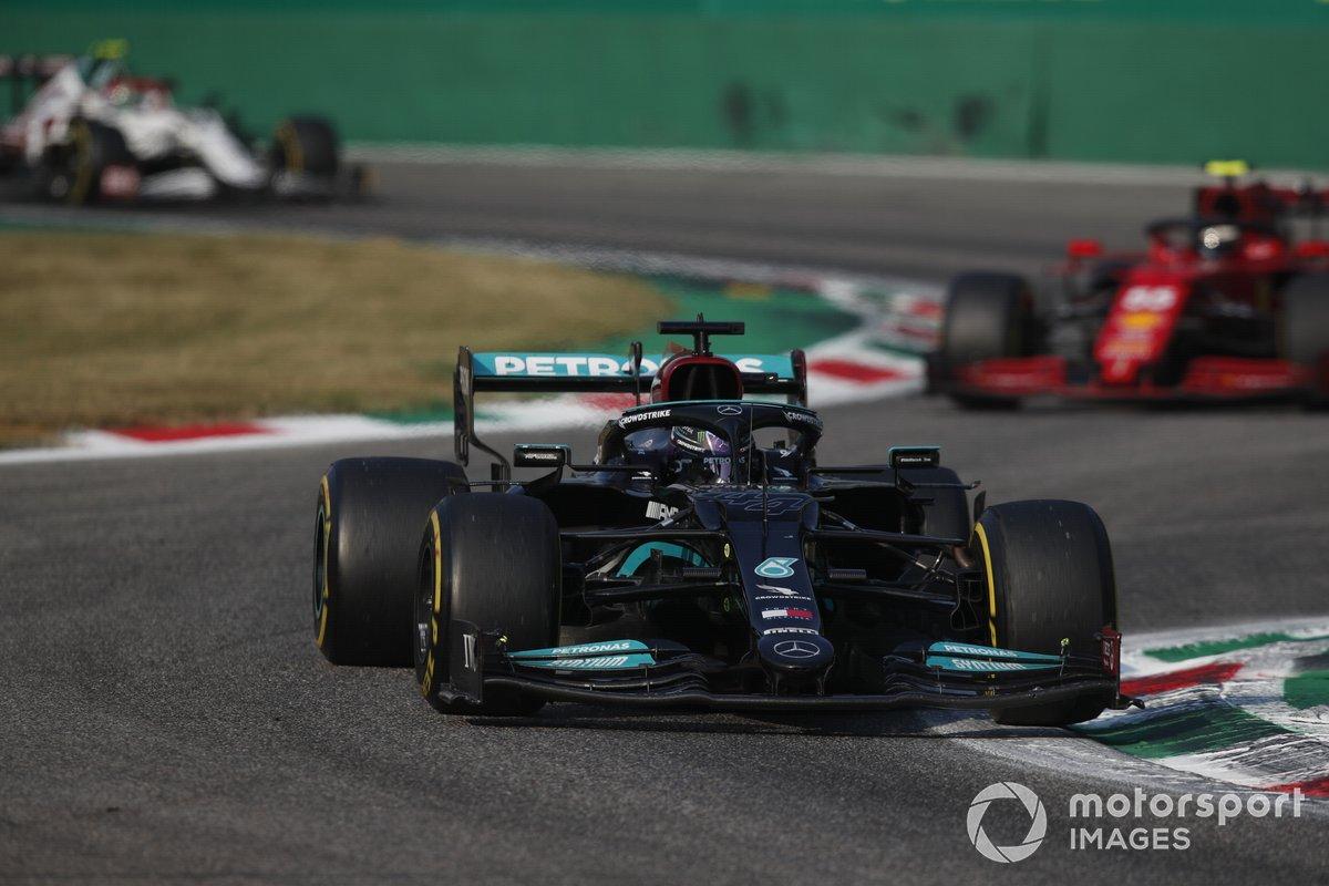 Lewis Hamilton, Mercedes W12, Carlos Sainz Jr, Ferrari SF21