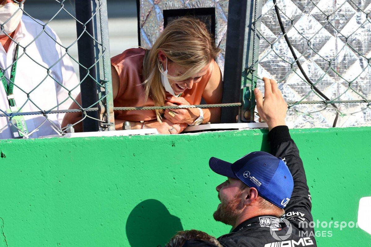 Ganador de la carrera sprint Valtteri Bottas, Mercedes con su novia Tiffany Cromwell