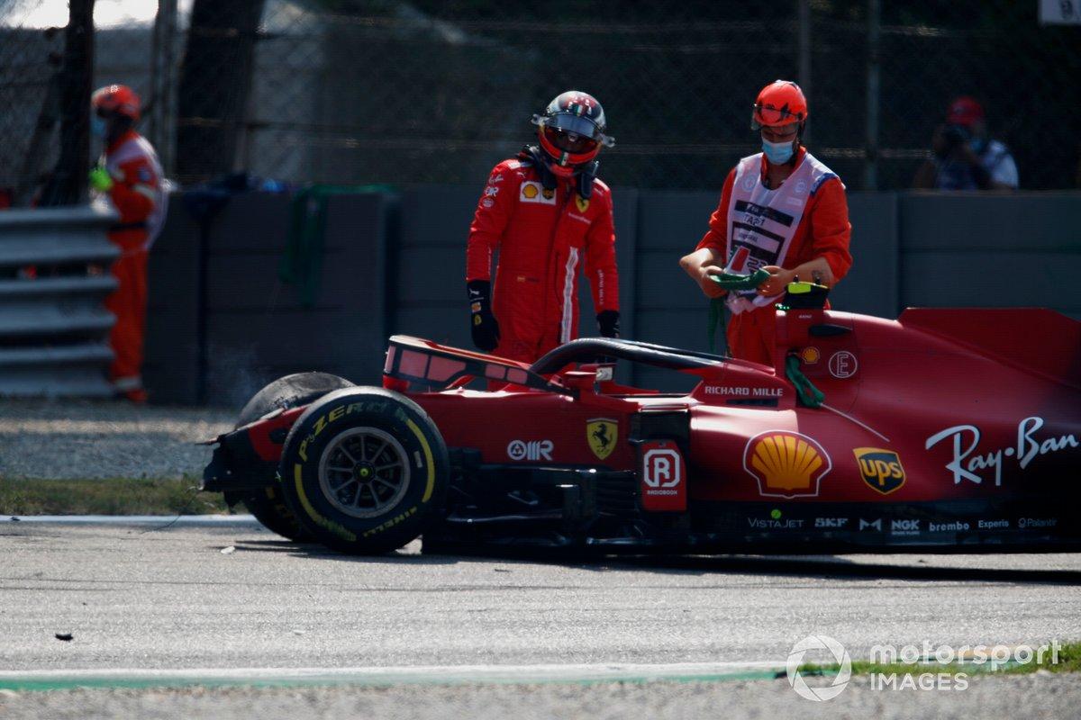 Carlos Sainz,, Ferrari SF21, inspecciona su coche tras el accidente en la FP2 de Monza
