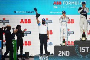 De BMW I Andretti Motorsports teamvertegenwoordiger heft de teamtrofee op het podium