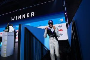 Jake Dennis, BMW i Andretti Motorsport, 1e plaats, viert feest op het podium