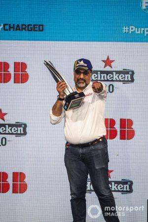Dilbagh Gill, director general del equipo Mahindra Racing, con el trofeo del equipo
