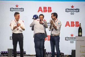 Alejandro Agag, presidente de la Fórmula E, Dilbagh Gill, director general, director del equipo Mahindra Racing, Jamie Reigle, director general de la Fórmula E, Alberto Longo, director general adjunto, director del campeonato de la Fórmula E, en el podio