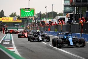 Fernando Alonso, Alpine A521, Pierre Gasly, AlphaTauri AT02, in de pits