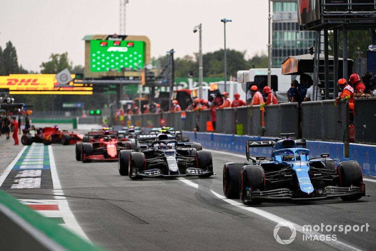 Fernando Alonso, Alpine A521, Pierre Gasly, AlphaTauri AT02, en el pit lane