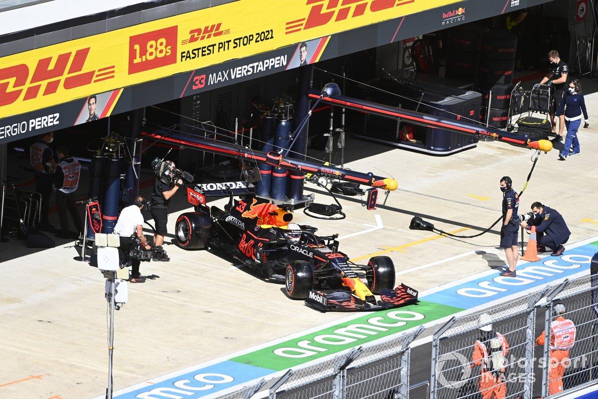 Max Verstappen, Red Bull Racing RB16B, sale de boxes