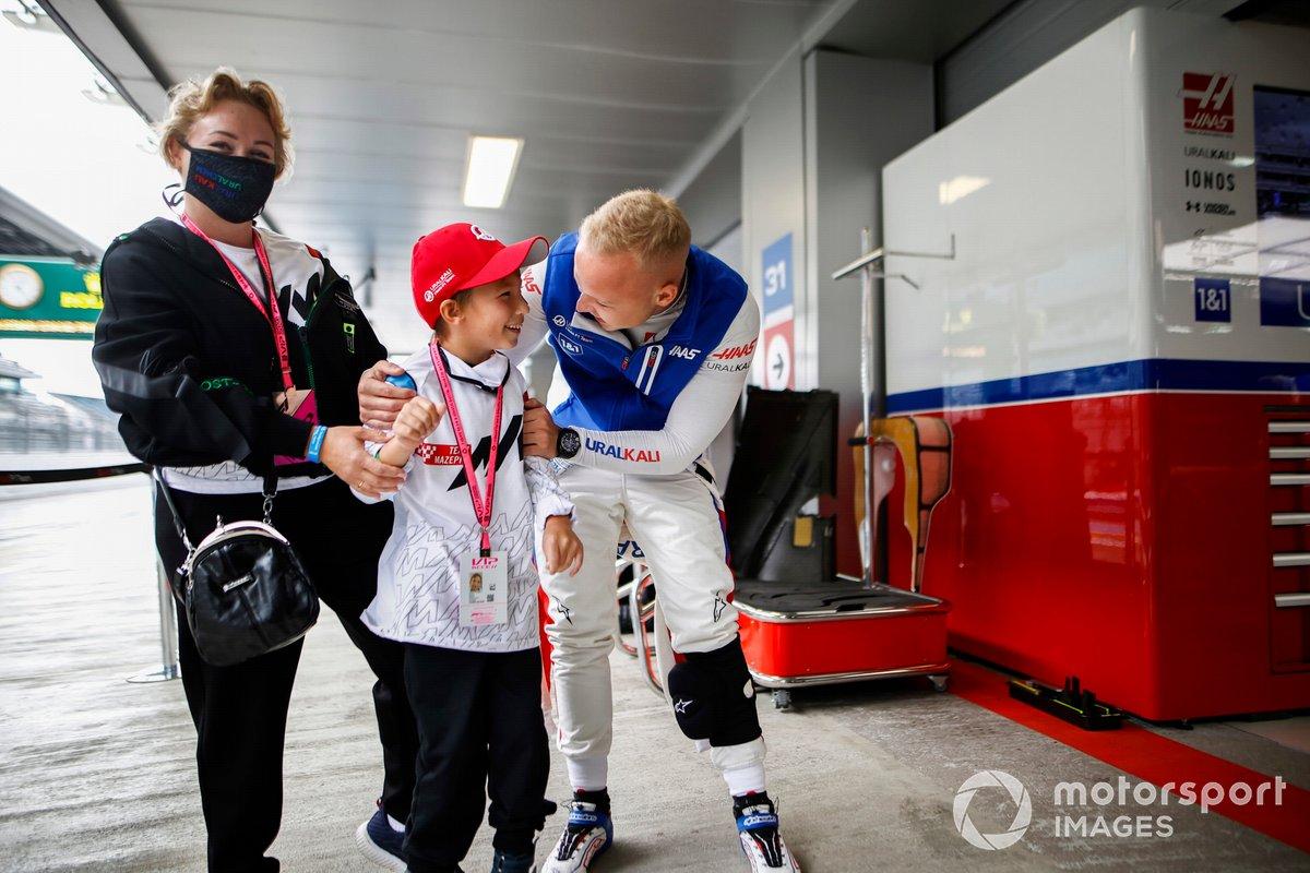 Nikita Mazepin, Haas F1, fuera del garaje con un joven invitado