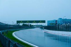 Het regent op de baan in Rusland