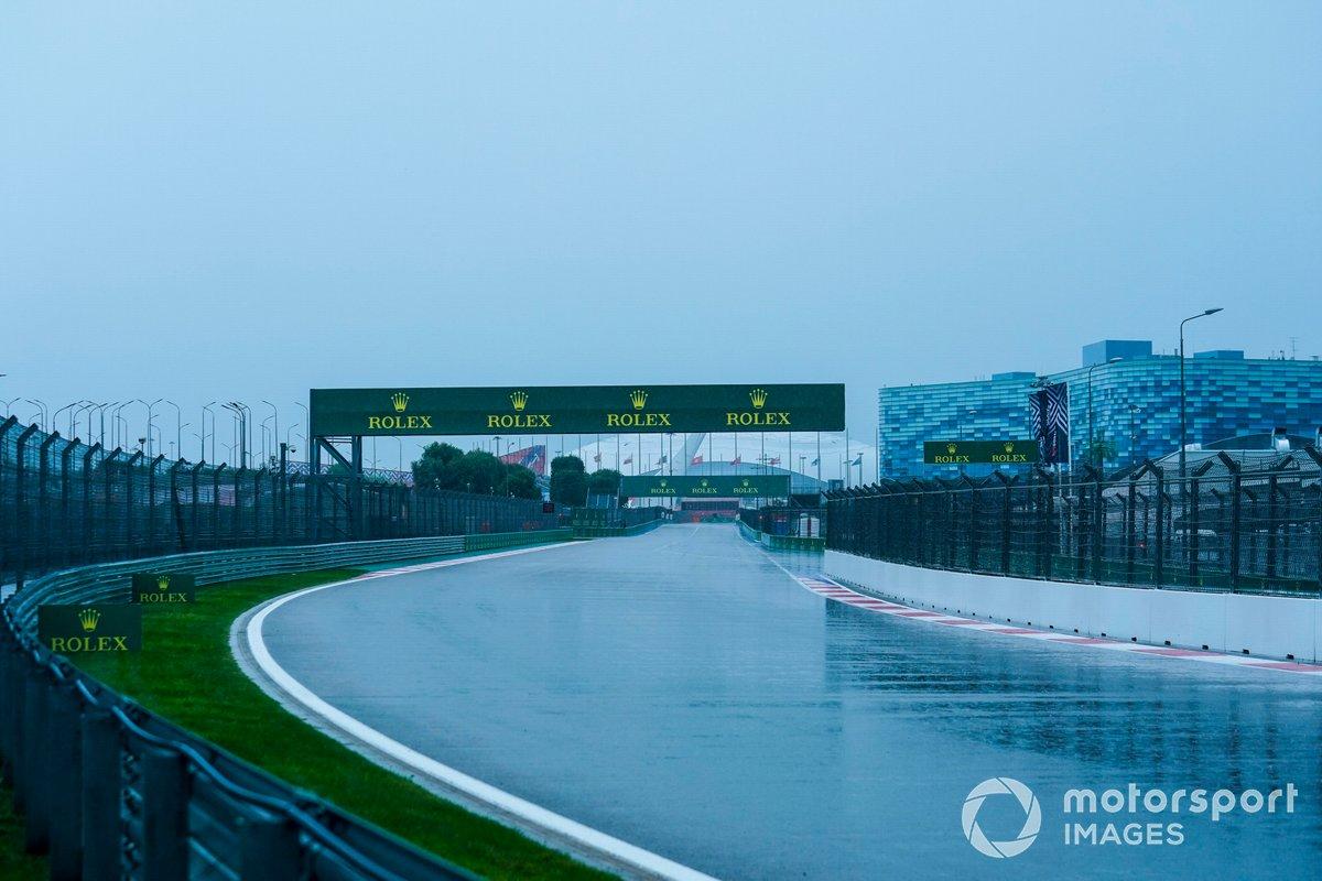 La lluvia cae sobre la pista de Sochi en el GP de Rusia