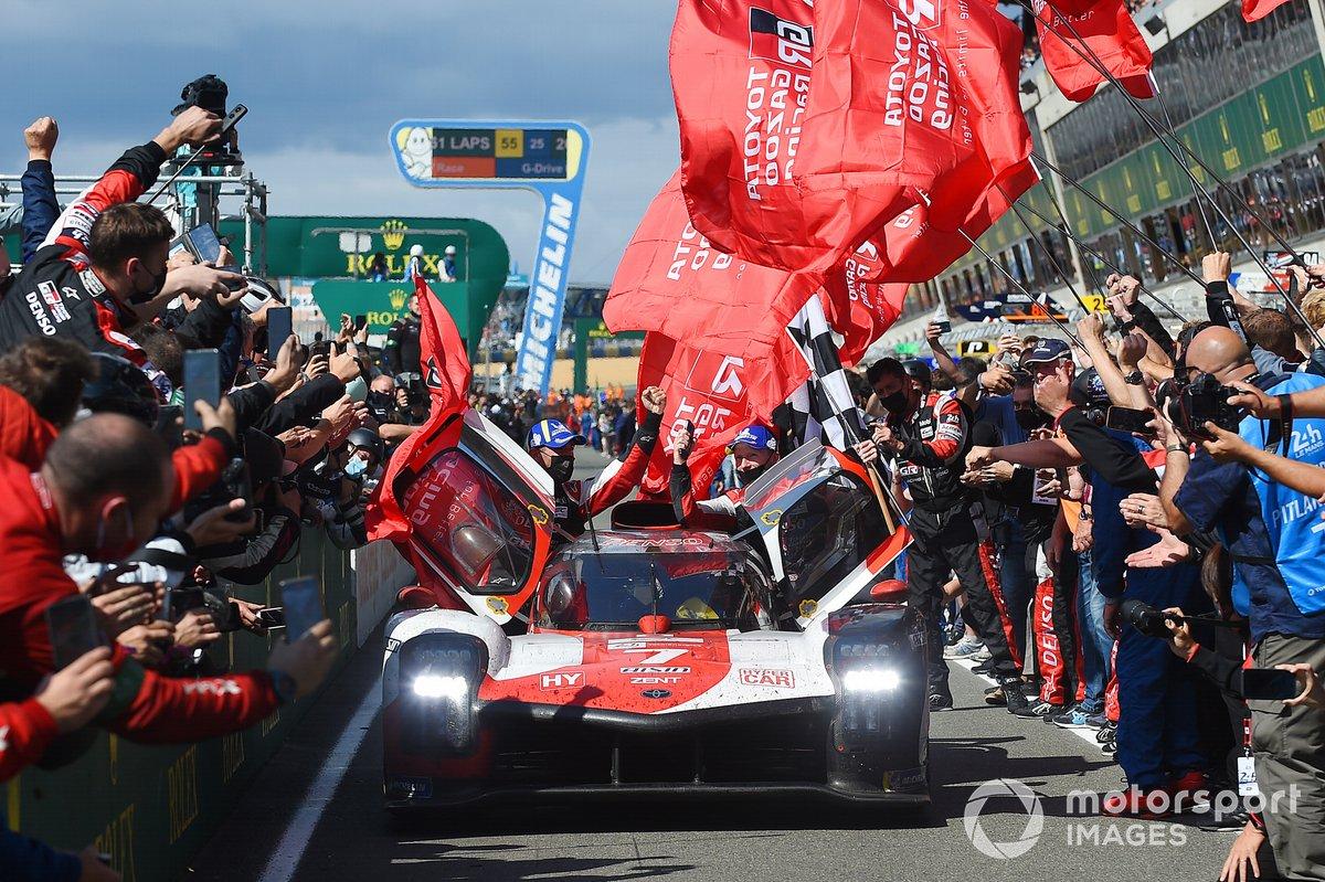 Mike Conway, Kamui Kobayashi, Jose Maria Lopez, #7 Toyota Gazoo Racing Toyota GR010 - Hybrid Hypercar festeggiano la vittoria