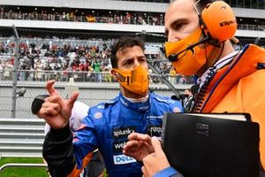 Daniel Ricciardo, McLaren, sur la grille avec son ingénieur de course