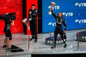 Lewis Hamilton, Mercedes, 1e positie, tilt zijn trofee op