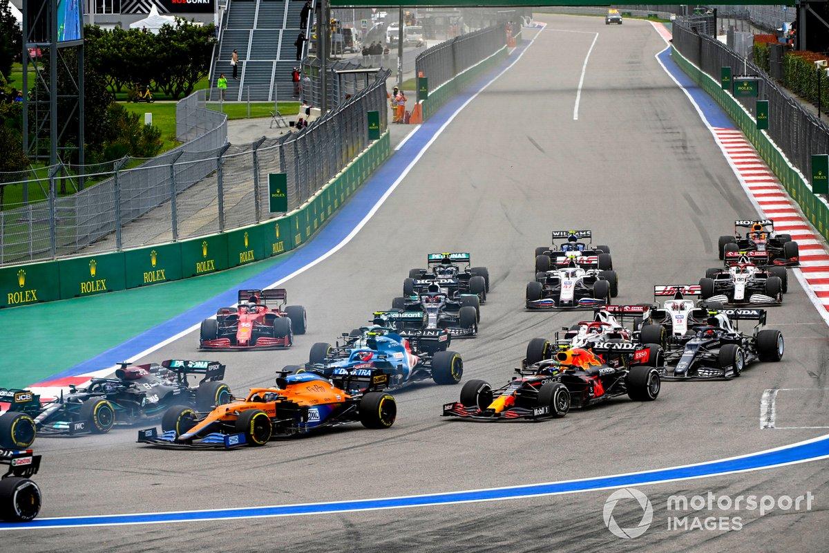 Lewis Hamilton, Mercedes W12, Daniel Ricciardo, McLaren MCL35M, Sergio Perez, Red Bull Racing RB16B, Esteban Ocon, Alpine A521 e il resto delle auto alla partenza