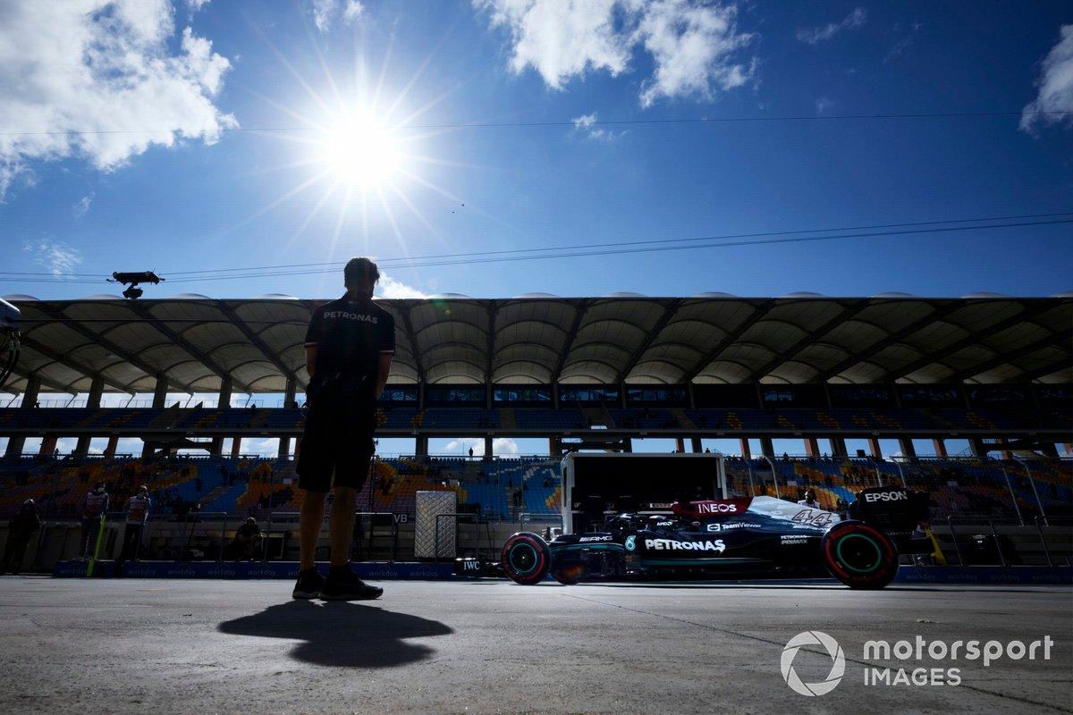 Lewis Hamilton, Mercedes W12, sale del garaje