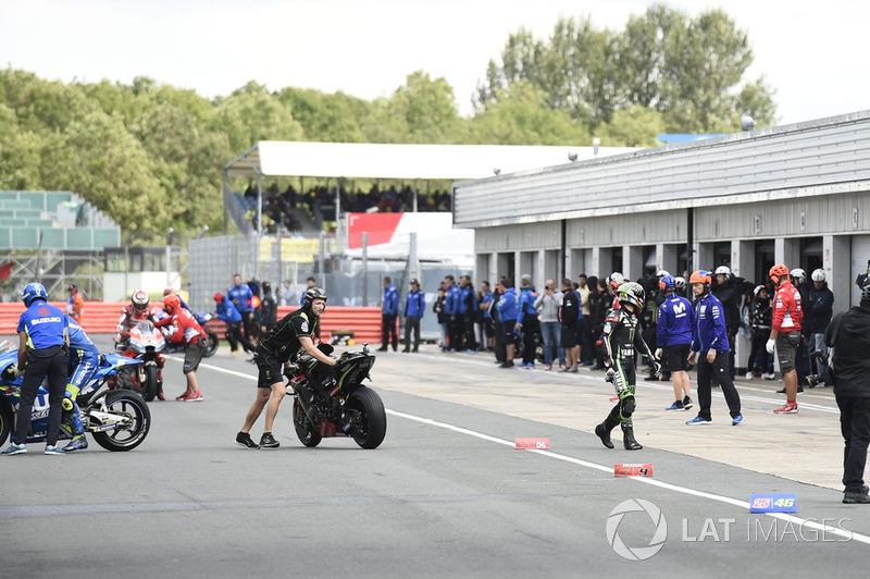 Жоанн Зарко, Monster Yamaha Tech 3, Андреа Янноне, Team Suzuki MotoGP, Хорхе Лоренсо, Ducati Team, на пітлейні після відкладення початку кваліфікації
