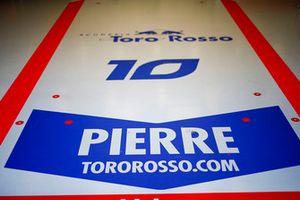 Scritte sul pavimento del box di Pierre Gasly, Toro Rosso STR13