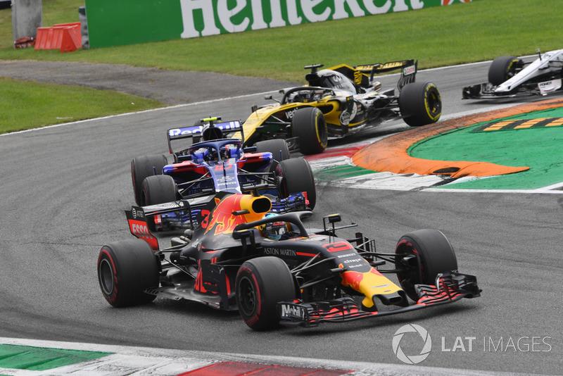 Daniel Ricciardo, Red Bull Racing RB14, Pierre Gasly, Scuderia Toro Rosso STR13 et Nico Hulkenberg, Renault Sport F1 Team RS 18 en lutte