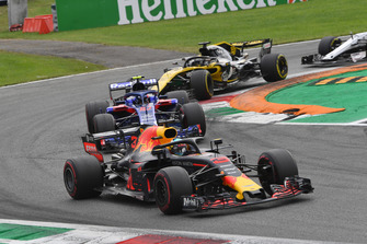 Daniel Ricciardo, Red Bull Racing RB14, Pierre Gasly, Scuderia Toro Rosso STR13 and Nico Hulkenberg, Renault Sport F1 Team RS 18 battle