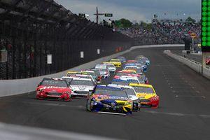 Kyle Busch, Joe Gibbs Racing, Toyota Camry M&M's Caramel and Kevin Harvick, Stewart-Haas Racing, Ford Fusion Jimmy John's New 9-Grain Wheat Sub green flag start