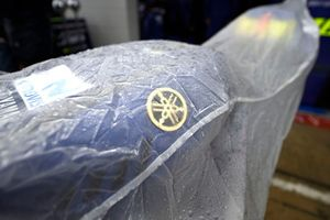 Bike von Valentino Rossi, Yamaha Factory Racing, unter Regenplane