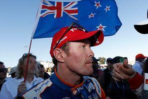 Campeón Scott Dixon, Chip Ganassi Racing Honda, con el abanderado Albert Cook