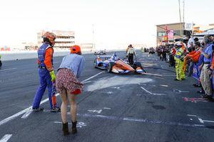 Emma Dixon espera a su esposo, campeón Scott Dixon, Chip Ganassi Racing Honda