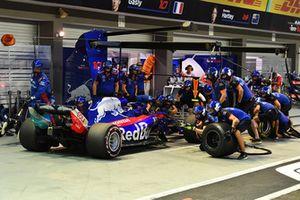 Brendon Hartley, Scuderia Toro Rosso STR13 pit stop