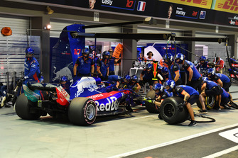 Brendon Hartley, Scuderia Toro Rosso STR13 au stand