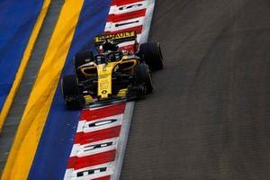 Nico Hulkenberg, Renault Sport F1 Team R.S. 18, passe sur un vibreur et lâche des étincelles