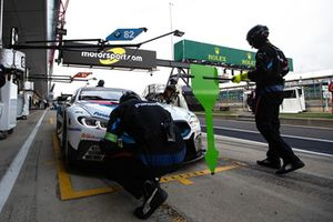 Insegna di Motorsport.com in pit lane
