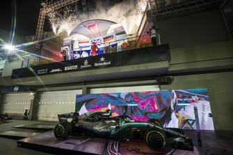 Lewis Hamilton, Mercedes AMG F1, 1e plaats, Max Verstappen, Red Bull Racing, 2e plaats, en Sebastian Vettel, Ferrari, 3e plaats, op het podium