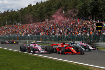 Esteban Ocon, Racing Point Force India VJM11, Sebastian Vettel, Ferrari SF71H, Lewis Hamilton, Mercedes AMG F1 W09 and Sergio Perez, Racing Point Force India VJM11 battle on lap one